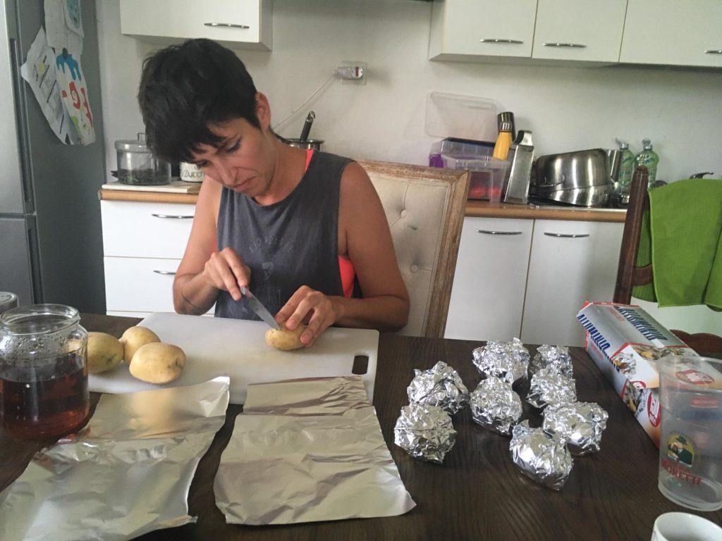 Préparation des patates au barbecue