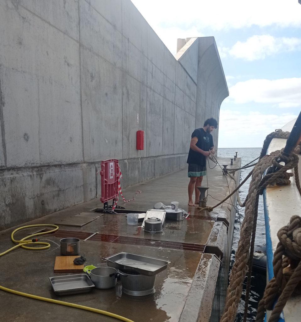 Eugène à la vaisselle sur le quai - Port Adriano